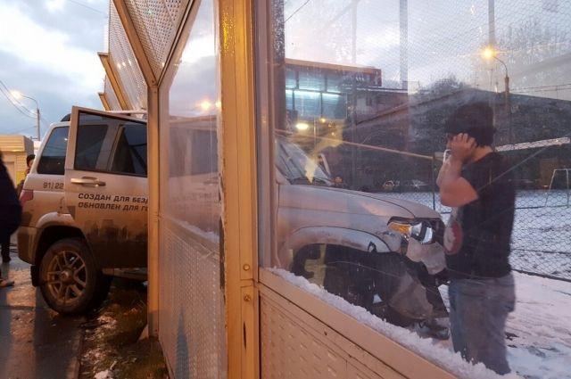 ВКрасноярске УАЗ Патриот вынесло наостановку слюдьми