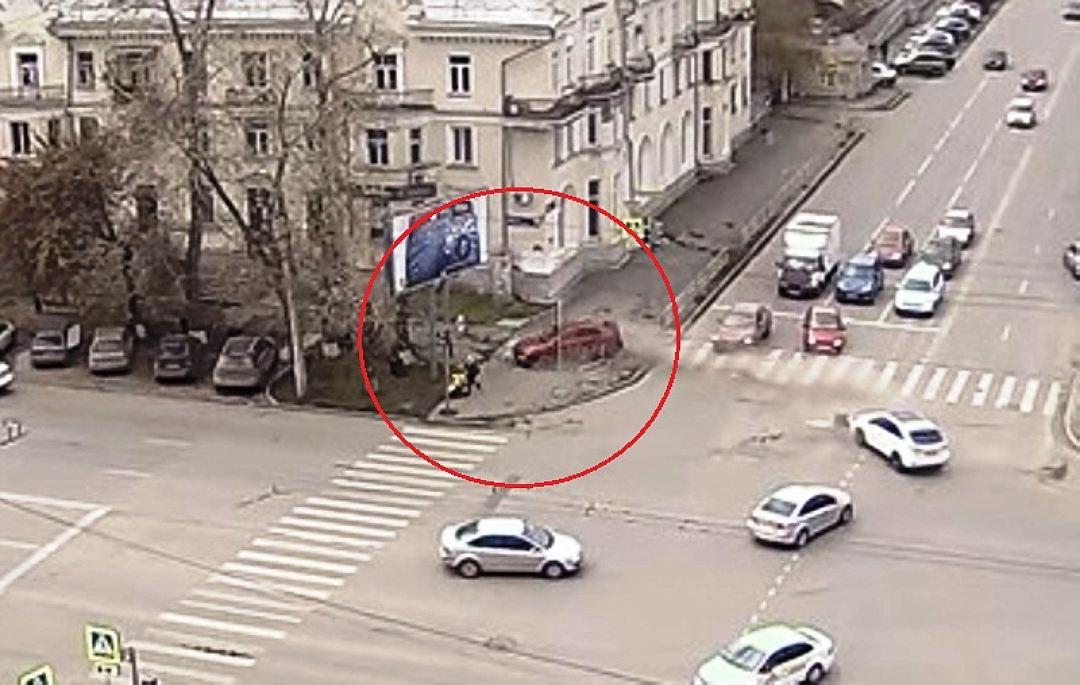 ВЧелябинске женщина сколяской чудом спаслась отлетящей машины