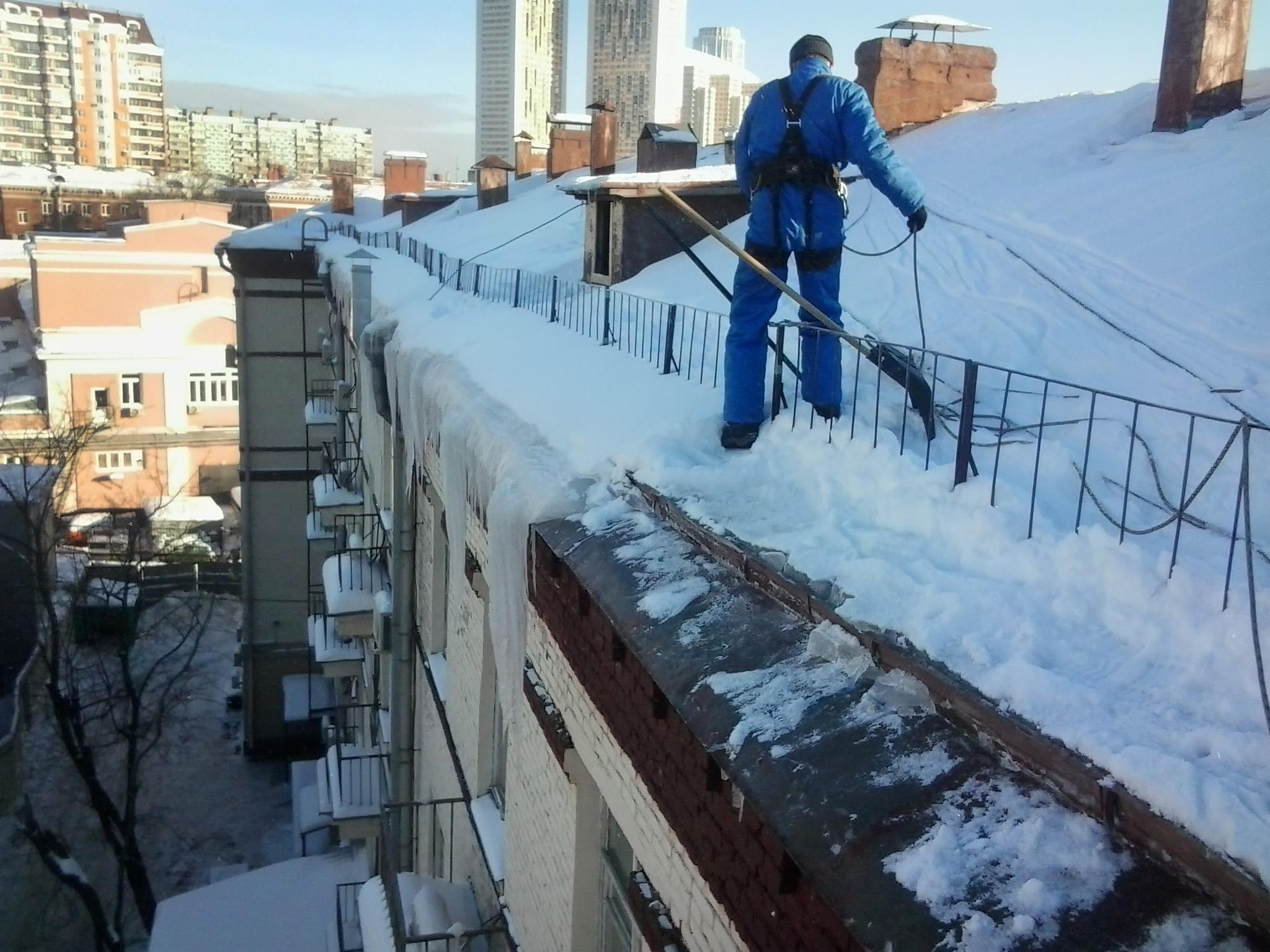 ВЕкатеринбурге умер рабочий, сорвавшийся скрыши впроцессе уборки снега
