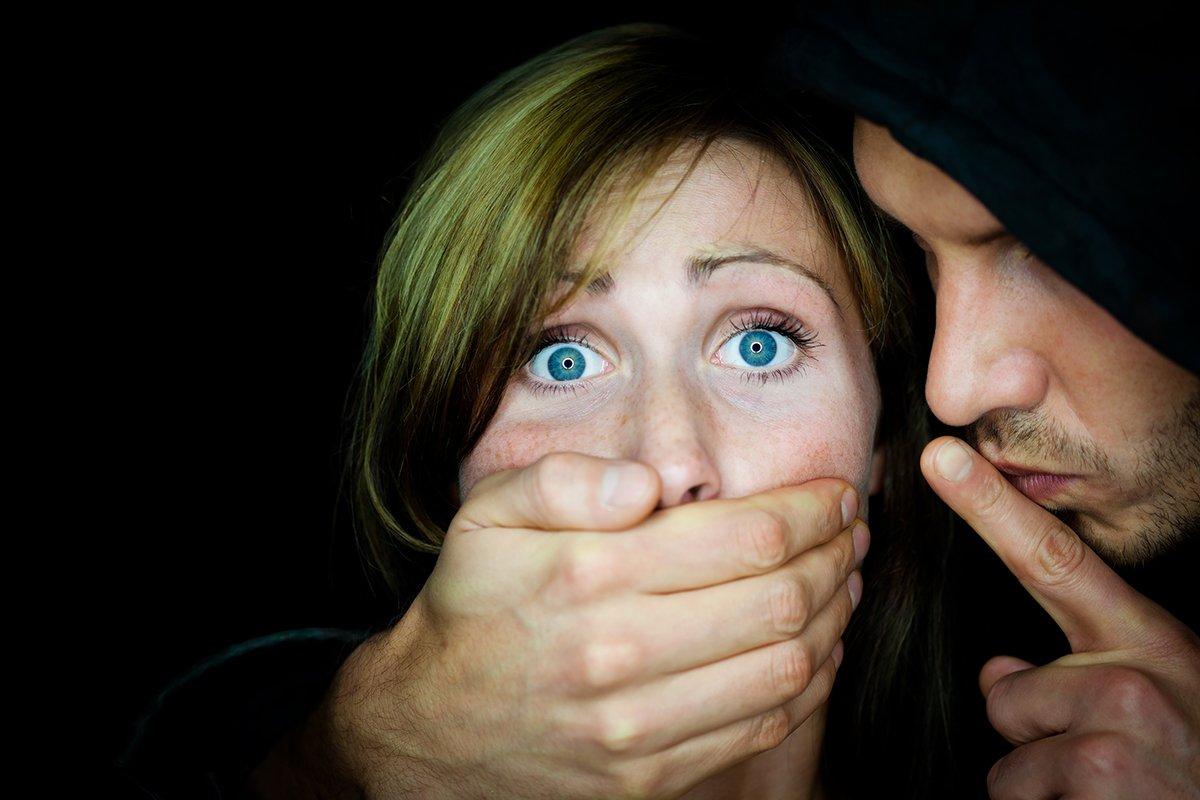 ВКрасноярске мужчина попытался изнасиловать девушку иизрезал ееножом
