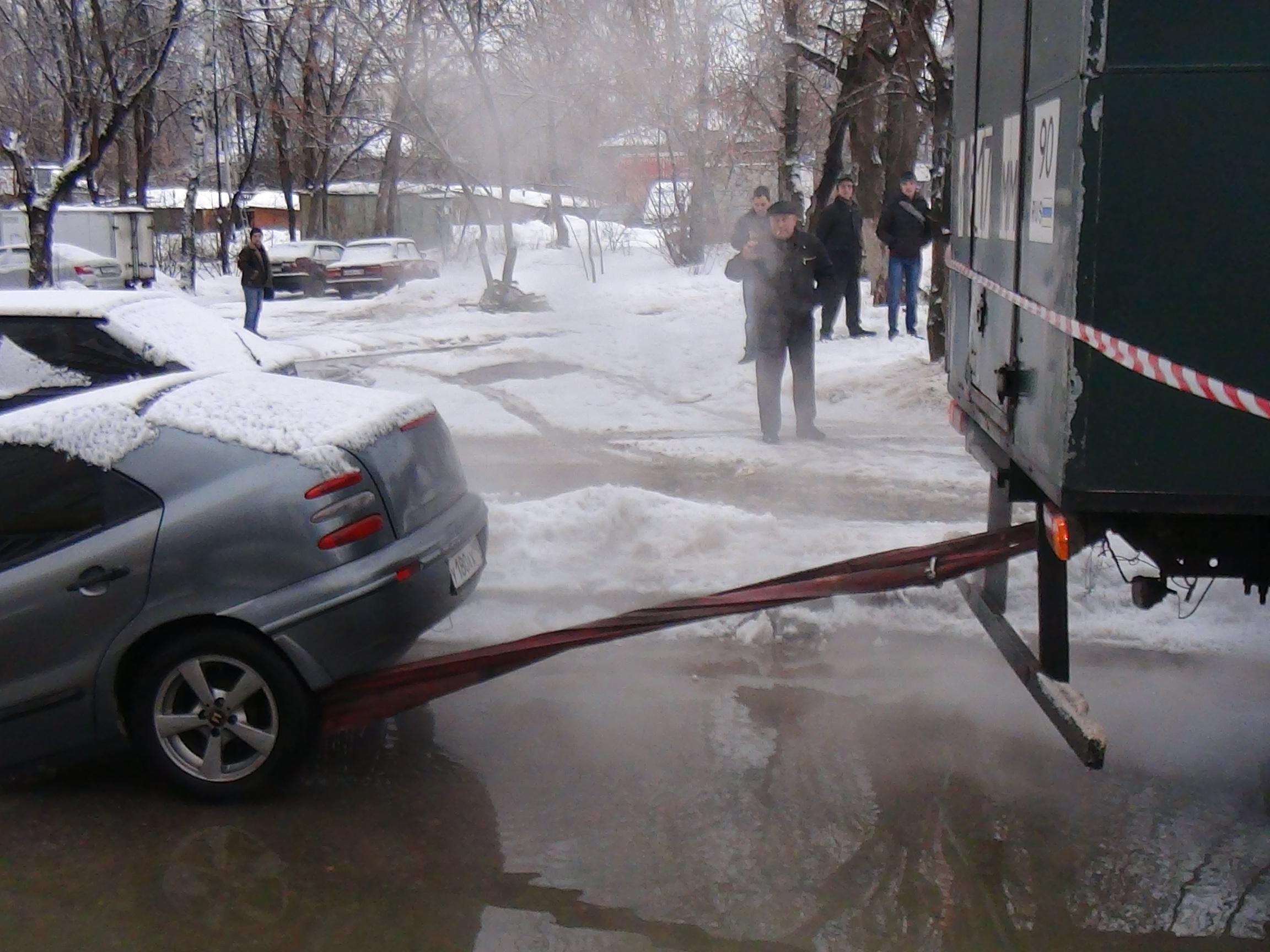 ВУфе под землю провалился припаркованный автомобиль