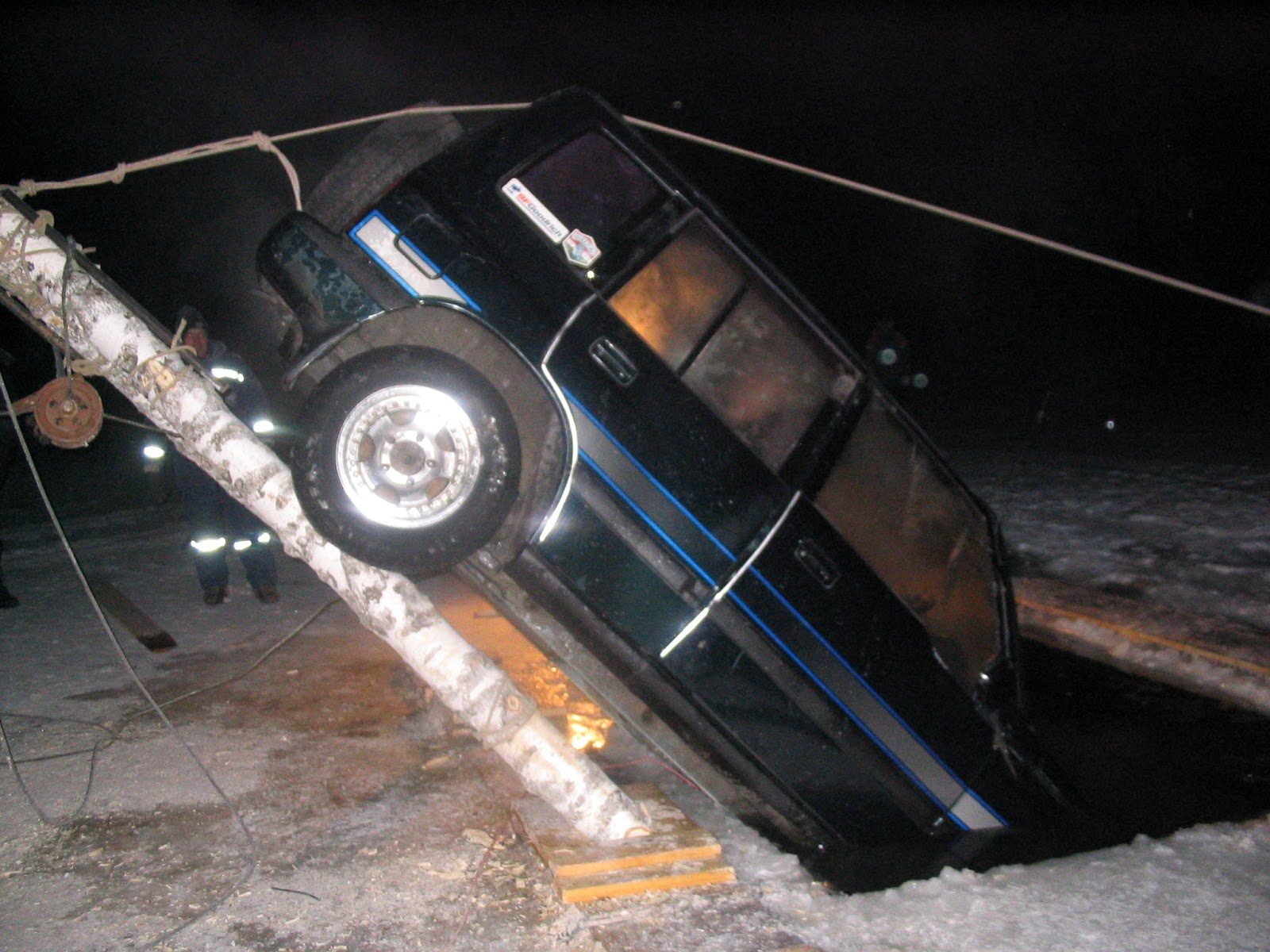 Три человека провалились под лед намашине под Красноярском