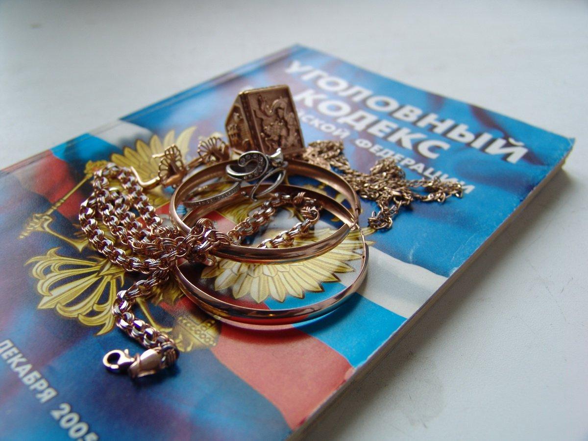 ВКрасноярскому крае мужчина похитил золотые драгоценности изгаража