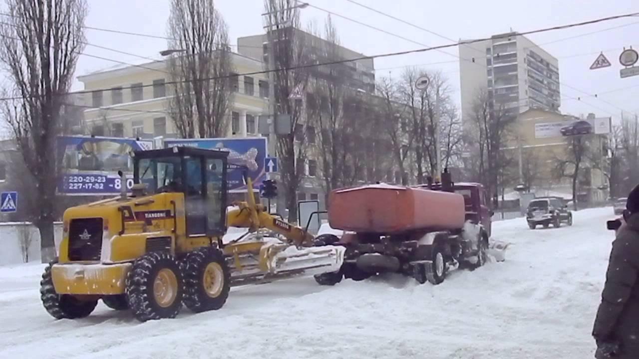 ВЕкатеринбурге фургон  задавил рабочего, чистившего снег