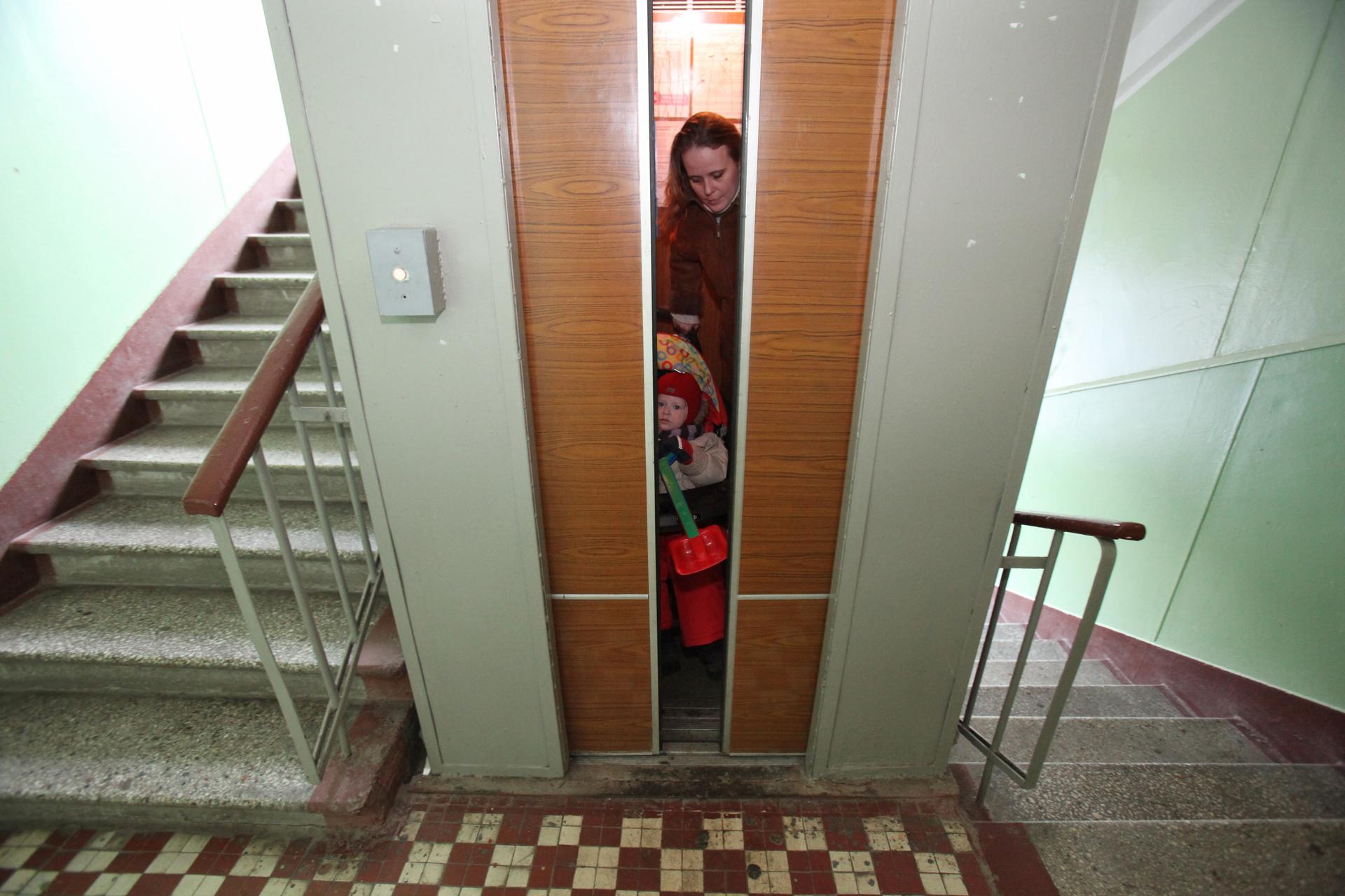 Россиянку и ее шестимесячного сына раздавил лифт 11