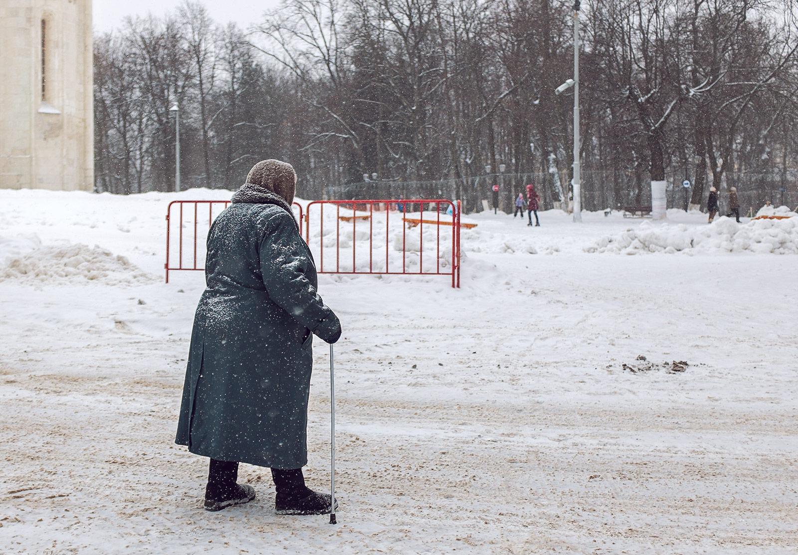 Тюменские автоинспекторы спасли замерзающую пенсионерку