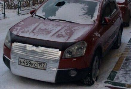 ВКрасноярске вазой для конфет пробили ветровое стекло автомобиля