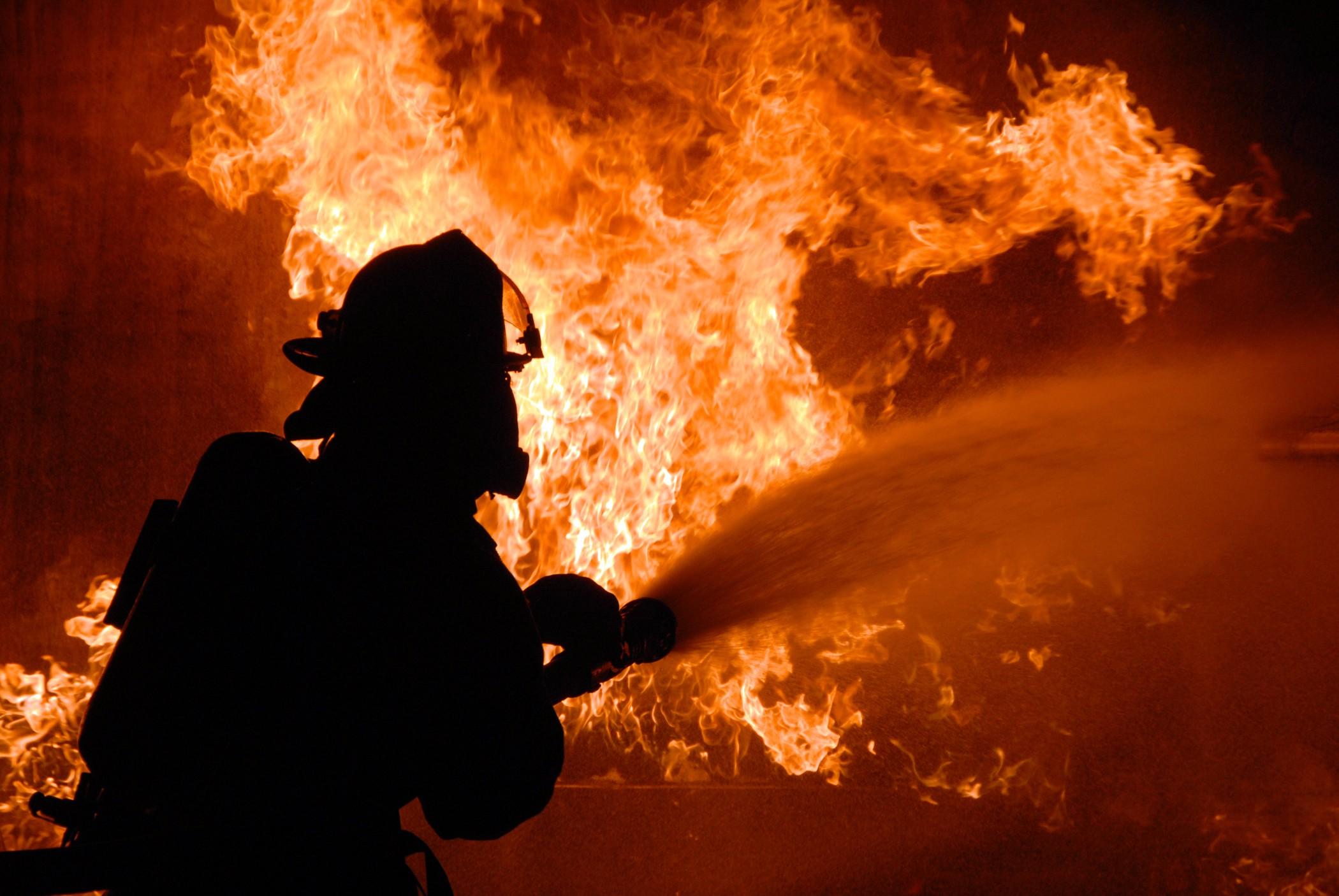 Пожарные вынесли газовые баллоны изгорящего дома в5-м Степном переулке