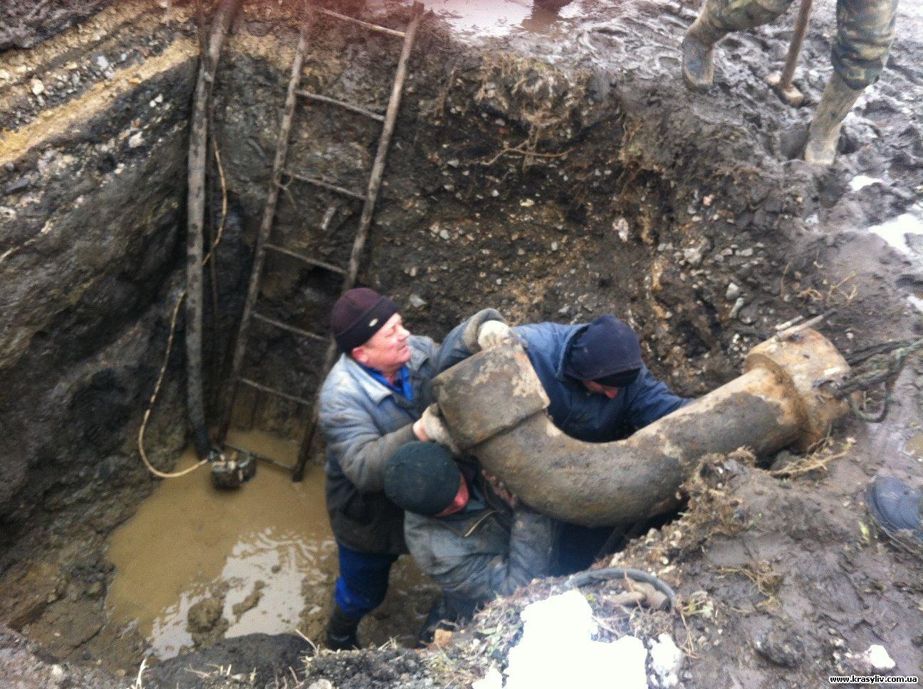 Подъезды жилых домов затопило из-за дорожной аварии наводопроводе