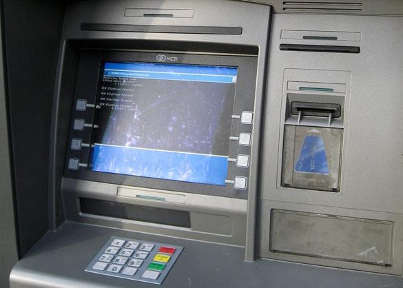 Гражданин Новосибирска застрял между банкоматом истеной