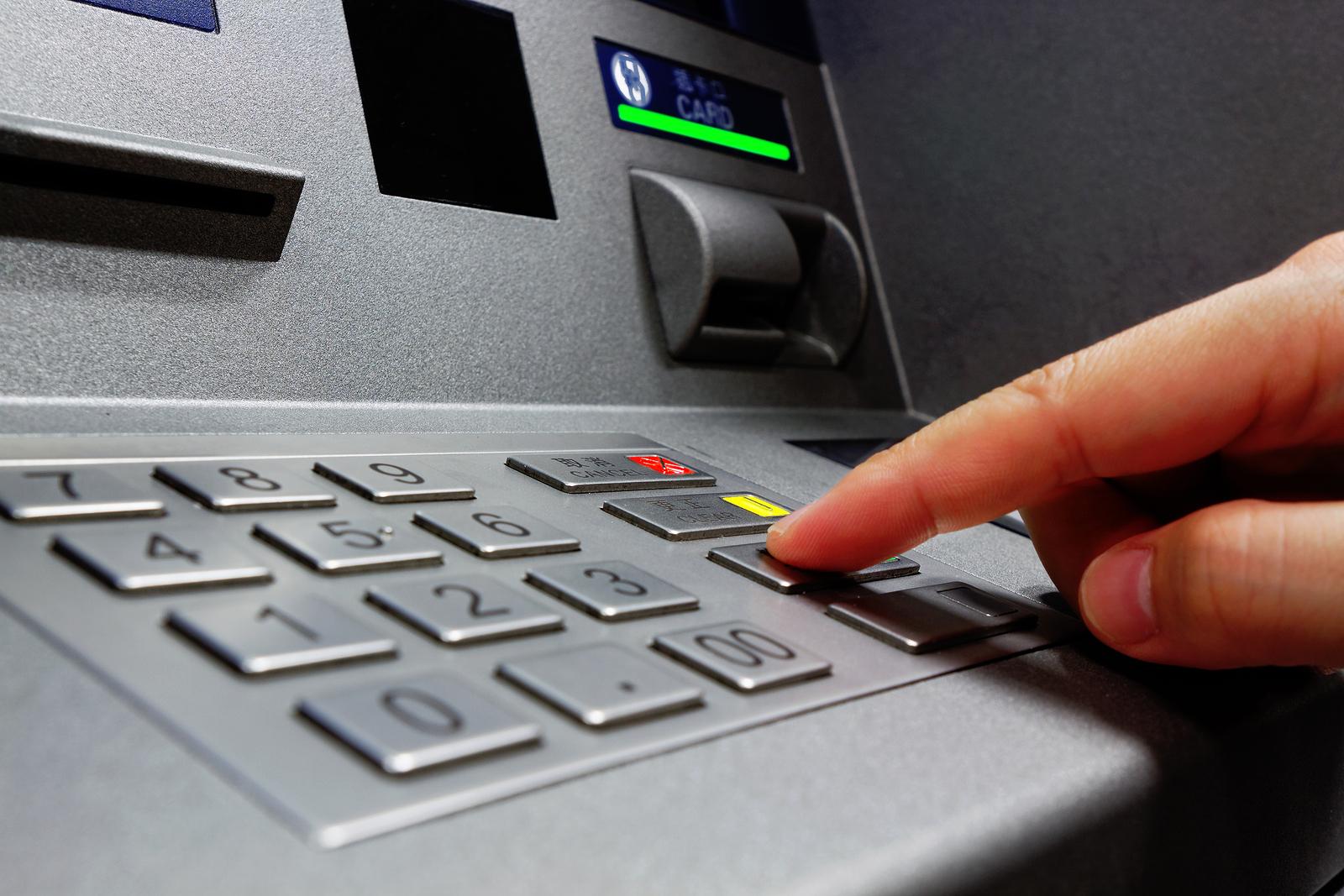 Красноярец забыл банковскую карту втерминале ипотерял 50 тыс.