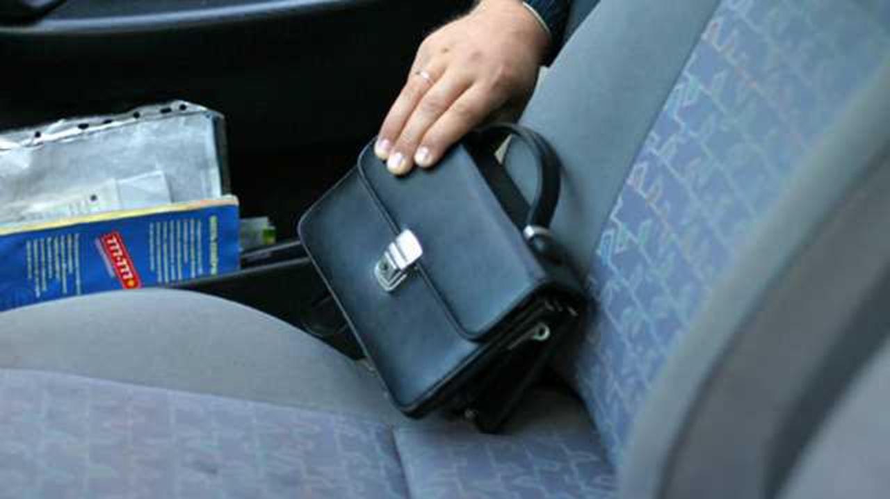 ВКрасноярске мужчина обокрал водителя, который его согласился подвезти