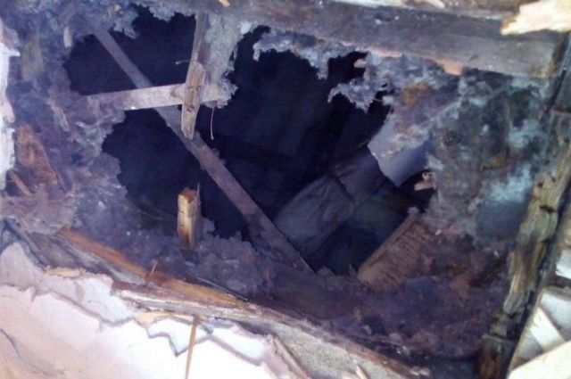 Водном изкрасноярских бараков обвалился потолок