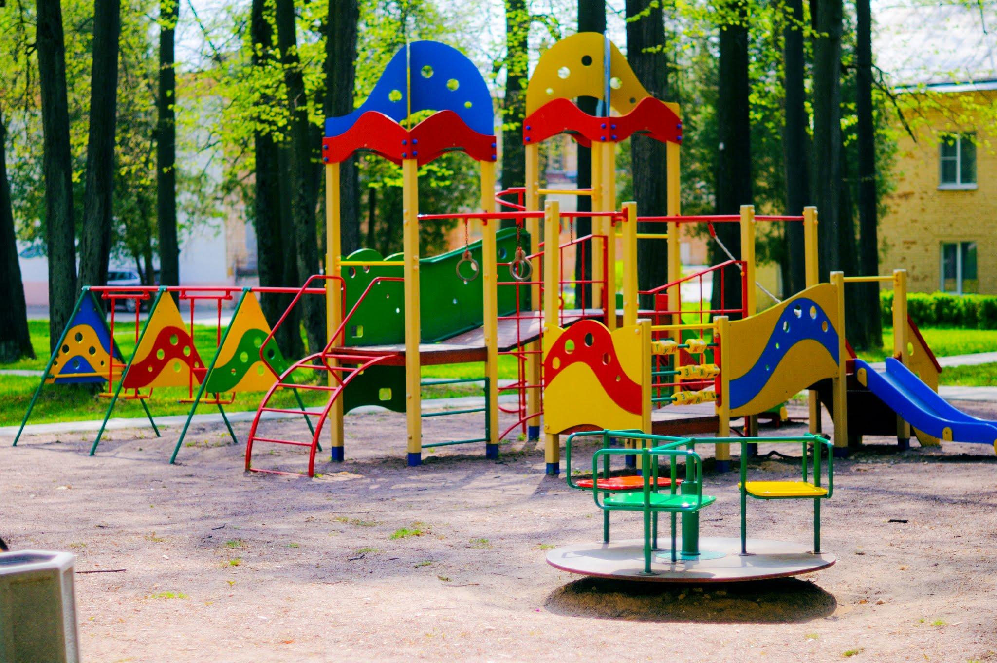 ВНовосибирске наскамейке детской площадки найдено  окоченелое тело 25-летнего мужчины
