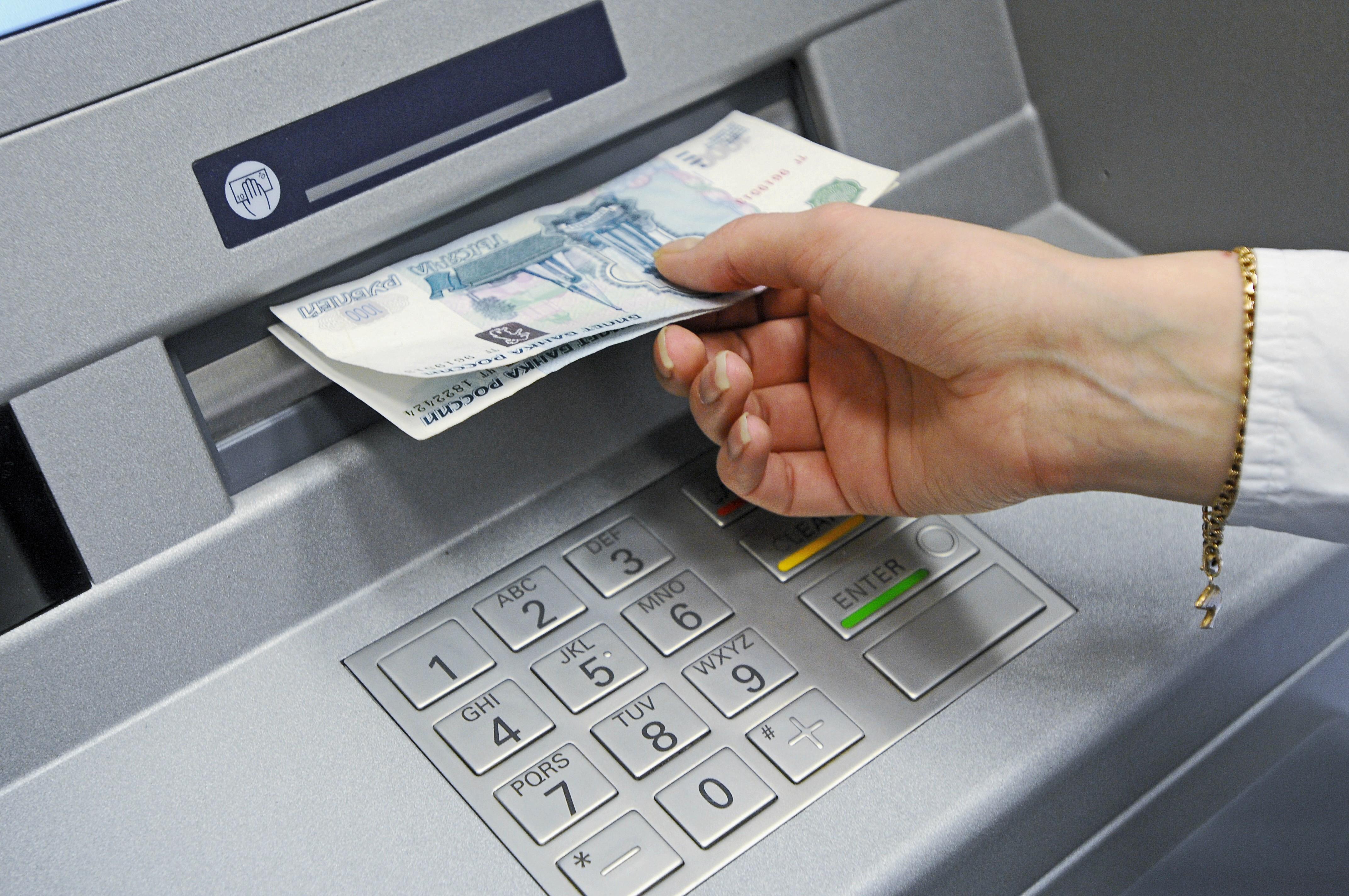 Женщину обвинили вкраже забытых вбанкомате 3 тыс.
