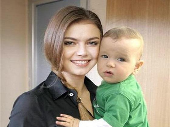 Есть ли дети у Алины Кабаевой и кто её муж? Владимир Путин? фото
