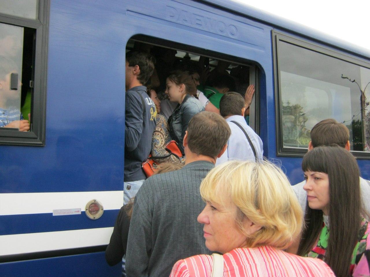 Трется членом в общественном транспорте и нагло задирает