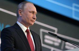 Отредактированное фото Путина с макияжем смотреть онлайн (на плакате)